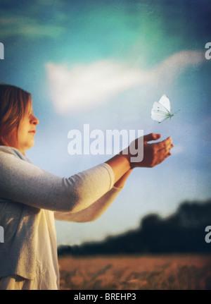 releasing Schmetterling Mädchen Stockbild