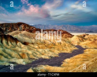 Erodierten Klippen und Sonnenaufgang vom Zabriskie Point. Death Valley Nationalpark, Kalifornien Stockbild