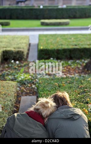 Zwei junge Leute sitzen und Affectionin zeigen den Lustgarten, Berlin Stockbild