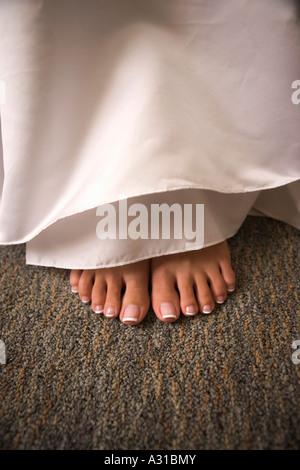 Pedikürten Fuß unter dem Kleid Stockbild