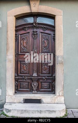 Alte Tür eines historischen Gebäudes mit Treppe und Hausnummer Stockbild