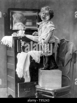 """Mit dem Titel: """"weinende Kind mit blutenden Hand stehend auf Box auf Stuhl vor Spiegel über Kommode und Holding Rasiermesser mit Seife im Gesicht"""". Durch E.Donald Roberts, 1898 fotografiert. Stockbild"""