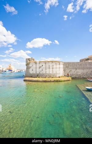 Gallipoli, Apulien, Italien - Blick über das türkisfarbene Wasser in Richtung der mittleren Alters Hochburg Stockbild