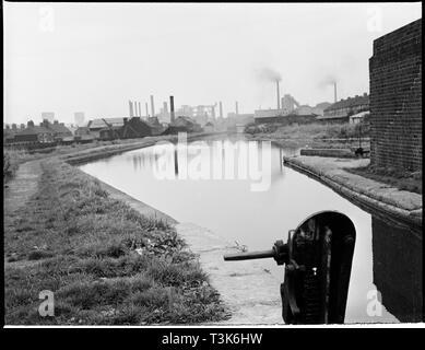 Gipfel Lock, Trent und Mersey Canal, Etrurien, Hanley, Stoke-on-Trent, 1965-1968. Blick nach Norden entlang der Trent &Amp; Mersey Canal aus der Schleuse. Stockbild