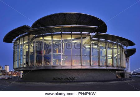 Lowry Theater - moderne verglaste Struktur leuchtet in der Dämmerung in Salford Quays Manchester England UK. Stockbild