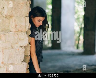 Traurig, deprimiert Frau im alten Gebäude Stockbild