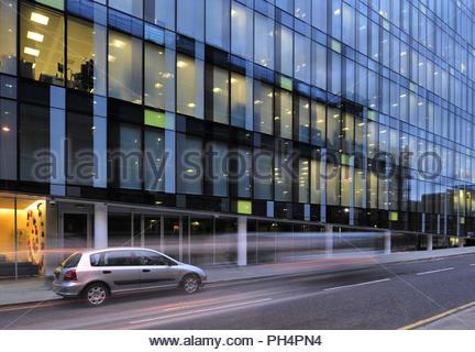 Palestra Gebäude - moderne verglaste Büro Struktur Außenansicht bei Dämmerung. In Southwark London UK. Stockbild