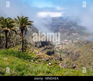 Sie suchen den Barranco del Agua in Richtung der Dörfer des Valle Gran Rey weit unten auf der Insel La Gomera auf den Kanarischen Inseln Stockbild