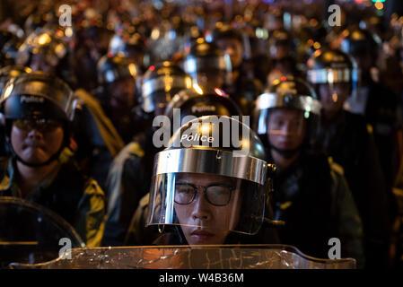 Riot Polizisten stehen auf Guard bei den Auseinandersetzungen mit den Demonstranten nach einem Marsch gegen eine umstrittene Auslieferung Bill in Hongkong. Stockbild