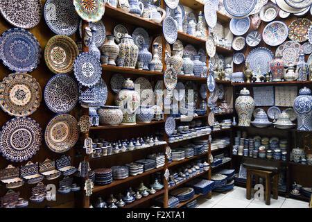 Töpferei in der alten Medina von Fes, Marokko Stockbild