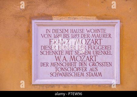 Fuggerei, Augsburg, Bayern, Deutschland - Erinnerungs-teller, erinnert daran, dass Wolfgang Amadeus Mozarts Urgroßvater lebte dort. Stockbild