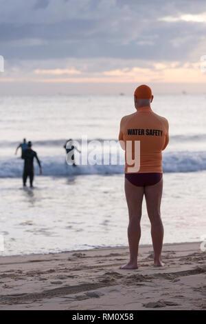 Ein Rettungsschwimmer wacht über Schwimmer. Stockbild