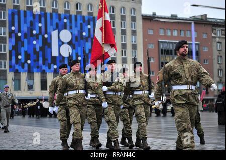 Dänische Streitkräfte Soldaten März während der estnischen Unabhängigkeit Day Parade am Platz der Freiheit, 24. Februar 2019 in Tallinn, Estland. Stockbild
