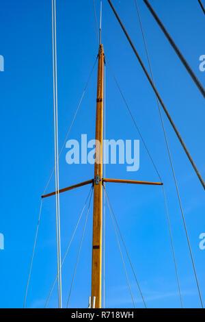 Die Details der Takelage eines Segeln cutter schaffen eine maritime Atmosphäre. Stockbild