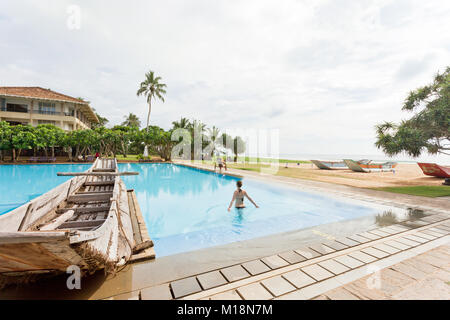 Ahungalla, Sri Lanka - Dezember 2015 - eine Frau gehen in einen Pool, in der Nähe des Strandes Stockbild