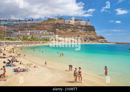 Touristen auf den Strand von Puerto Rico, Gran Canaria, Spanien Stockbild