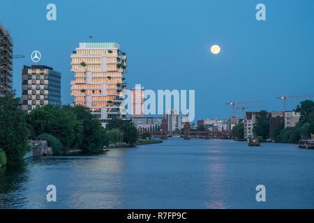 Spree, Oberbaumbrücke, Bürogebäude, Aliianz Tower, Treptowers, Wohnebenen, Skyline, Berlin, Deutschland Stockbild