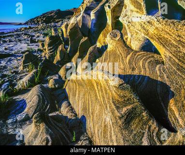 Rock Muster auf Antelope Island, Antelope Island State Park, Utah Salt Lake, Matamorphic rock Muster, die aus den Wellen Stockbild