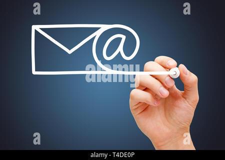 Hand Zeichnung per E-Mail, Internet, Kommunikation, oder Newsletter Konzept mit weißen Marker auf Transparenten abwischen Board auf dunkelblauem Hintergrund. Stockbild