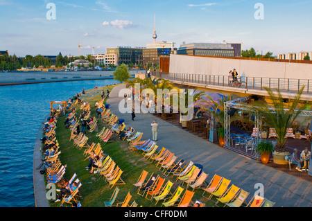 Im freien Strand entlang der Spree, gegenüber der Lehrter Bahn Bahnhof, Berlin, Deutschland, Europa Stockbild