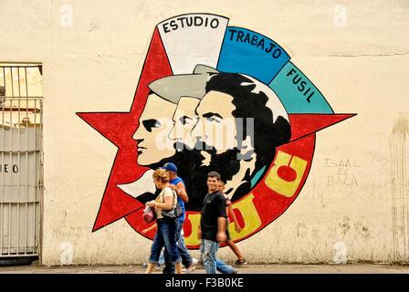 Menschen zu Fuß vorbei an kubanischen revolutionären Wandbild; Havanna, Kuba Stockbild