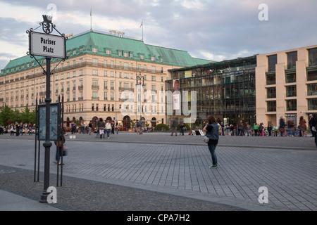 Pariser Platz mit Hotel Adlon und Akademie der Kunste, Berlin, Deutschland Stockbild