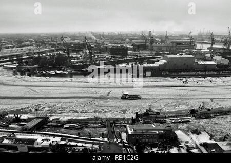 Wintertag im Hamburger Hafen mit zugefrorener Elbe, Deutschland Stockbild