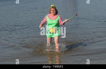 19 April 2019, Berlin: In Kostüm, diese Frau nimmt an den Beginn der Badesaison im Strandbad Wannsee. Der Lido beginnt immer der Badesaison am Karfreitag. Der Eintritt ist frei bis Ostermontag. Foto: Paul Zinken/dpa Stockbild