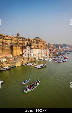 Indien, Uttar Pradesh, Varanasi, Gange Fluss und historischen Ghats Stockbild