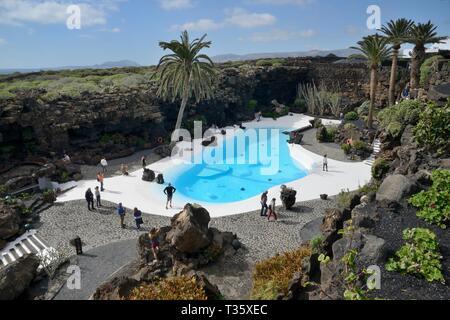 Überblick über die Jameos del Agua die Gärten und den Pool in einem vulkanischer Lava Tube, von Cesar Manrique, Lanzarote, Kanarische Inseln, Februar 2018 angepasst. Stockbild