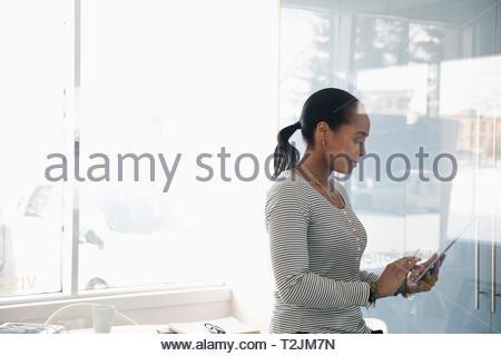 Geschäftsfrau mit digitalen Tablette im Büro Stockbild