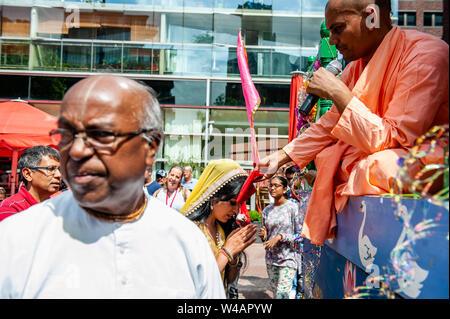 """Sripad Bhaktivedanta Muni Maharaj aus Indien segnet die Menschen mit einer heiligen Tuch während der Feier. Das Festival der Wagen, auch bekannt als Ratha Yatra, ist ein zeitloses Festival, mit Ursprung in der antiken Stadt Jagannatha Puri in Indien. Seit Tausenden von Jahren, haben zu Jagannatha Puri wurde in Indien in das älteste Festival der Welt namens Ratha-yatra"""", den Wagen Festival"""". Jetzt Ratha-yatra wird jedes Jahr in Dutzenden von Städten rund um die Welt abgehalten. Das ratha Yatra Festival hat einen gemeinsamen Blick in den meisten großen Städten der Welt werden seit 1968 durch das IST Stockbild"""