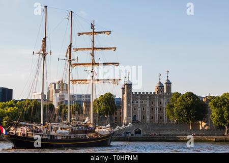 England, London, der Tower von London und der Niederländische Tall Ship Kampen Stockbild
