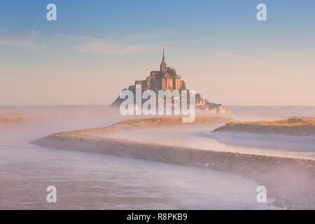 Le Mont Saint Michel in der Normandie, Frankreich an einem nebligen Morgen bei Sonnenaufgang. Stockbild