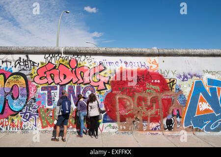 Graffiti auf ursprünglichen Abschnitt der Berliner Mauer an der East Side Gallery in Friedrichshain Berlin Stockbild