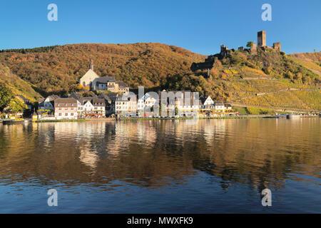Stadt Beilstein mit Metternich Burgruinen auf Mosel, Rheinland-Pfalz, Deutschland, Europa Stockbild