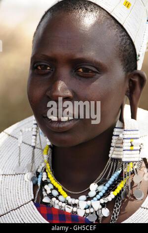 Geographie/Reisen, Tansania, junge Massai-frau mit typischen Kopfschmuck im Dorf Kiloki, Serengeti, Additional-Rights Stockbild