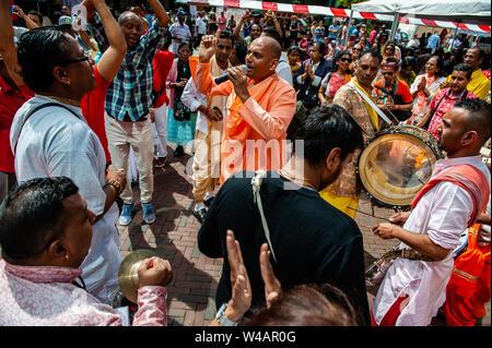 """Sripad Bhaktivedanta Muni Maharaj aus Indien singt während der Prozession. Das Festival der Wagen, auch bekannt als Ratha Yatra, ist ein zeitloses Festival, mit Ursprung in der antiken Stadt Jagannatha Puri in Indien. Seit Tausenden von Jahren, haben zu Jagannatha Puri wurde in Indien in das älteste Festival der Welt namens Ratha-yatra"""", den Wagen Festival"""". Jetzt Ratha-yatra wird jedes Jahr in Dutzenden von Städten rund um die Welt abgehalten. Das ratha Yatra Festival hat einen gemeinsamen Blick in den meisten großen Städten der Welt werden seit 1968 durch die ISKCON, Hare Krishna Bewegung. Ich Stockbild"""