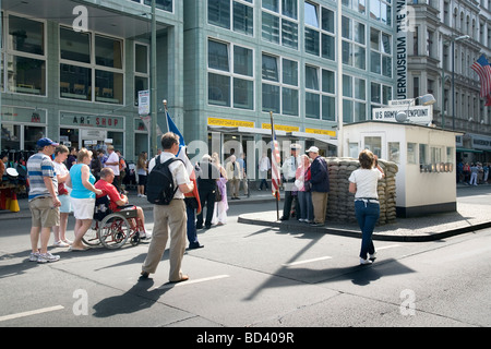 Touristen am Checkpoint Charlie, Berlin, Deutschland Stockbild