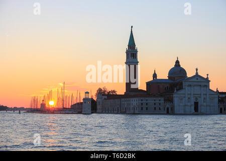 Sonnenaufgang über der Marina Compagnia della Vela und Isola San Giorgio, Venedig, Venetien, Italien. Stockbild