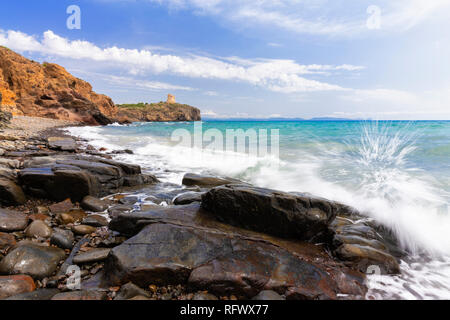 Welle bricht auf den Felsen. Cannai Turm (Torre Cannai), Sant'Antioco Insel, Sud Sardinien Provinz, Sardinien, Italien, Mittelmeer, Europa Stockbild