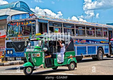 Bus und Tuk Tuk in Trincomalee, Sri Lanka Stockbild