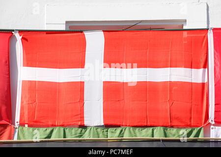 Die dänische Nationalflagge hing an einer Hauswand, Altstadt, Saarbruecken, Deutschland, Europa Ich dänische Nationalflagge ein einer Hauswand aufgehängt, Altstadt, Stockbild