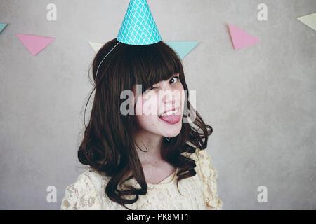 Junge Frau feiert Geburtstag Stockbild