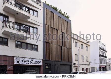 Wohnstraße mit traditionellen Eigenschaften und 'Tenworking' - modernes Bürogebäude Holz verkleidete Fassade, Santa Cruz de Tenerife. Stockbild