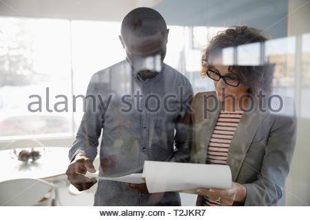 Geschäftsleute, die Überprüfung der Papierkram im Büro Stockbild