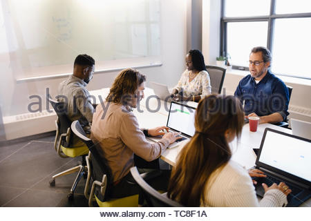 Geschäft Leute an Laptops in Konferenzraum arbeiten Stockbild