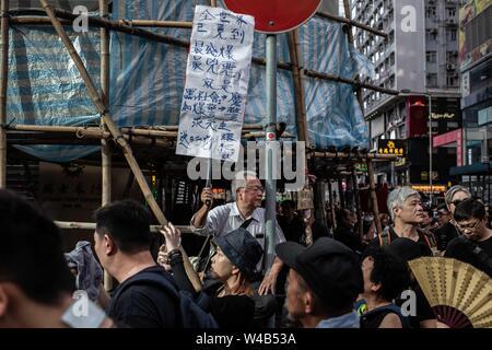 Ein Mann hat ein Plakat mit Nachricht pro-Demonstration in Causeway Bay. Demonstranten März während der bürgerlichen Menschenrechte vor März. Hong Kong Demonstranten versammelten für ein weiteres Wochenende der Proteste gegen die umstrittene Auslieferung Rechnung und mit einer wachsenden Liste von Beschwerden, die der Aufrechterhaltung des Drucks auf Chief Executive Carrie Lam. Stockbild