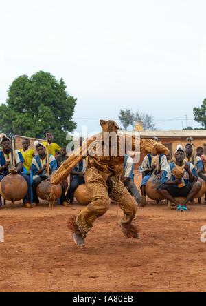 Boloye Tanz der Panther Mann in der Senufo Gemeinschaft, Savanes Bezirk, Waraniene, Elfenbeinküste Stockbild