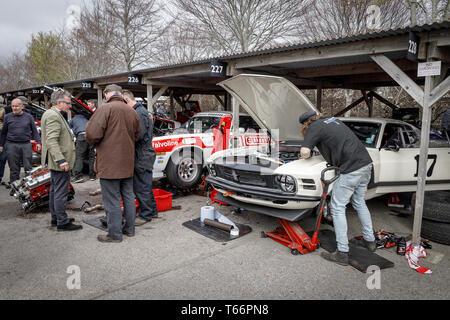 Reparaturen und die Vorbereitung für die Gerry Marshall Trophy Teilnehmer Chevrolet Kamera Z28 und Ford Mustang Boss 302 Am 77. Goodwood Mitgliederversammlung, Großbritannien Stockbild